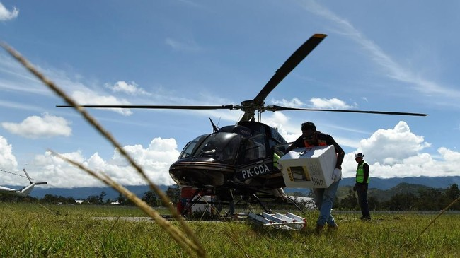 Petugas mengangkat logistik Pemilu 2019 yang akan dikirim ke distrik-distrik di Bandara Wamena, Jayawijaya, Papua, Sabtu (13/4/2019). Logistik Pemilu 2019 tersebut didistribusikan lewat udara dengan menggunakan helikopter ke kabupaten Yalimo yakni di distrik Welare dan Benawa. (ANTARA FOTO/Yusran Uccang/aww).