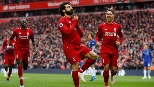 Mohamed Salah meniru gerakan Yoga usai mencetak gol. Ia menjelaskan selalu melakukan gerakan Yoga untuk menjaga keseimbangan. (REUTERS/Phil Noble)