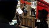 Pekerja mengangkut kotak suara Pemilu 2019 ke dalam truk saat distribusi di Kantor Kecamatan Tegal Timur, Tegal, Jawa Tengah, Senin (15/4/2019). Menurut Panitia Pemilihan Kecamatan (PPK) Tegal Timur, logistik dari PPK ke sejumlah Penyelenggara Pemungutan Suara (PPS) masihmengalami kendala. (ANTARA FOTO/Oky Lukmansyah)