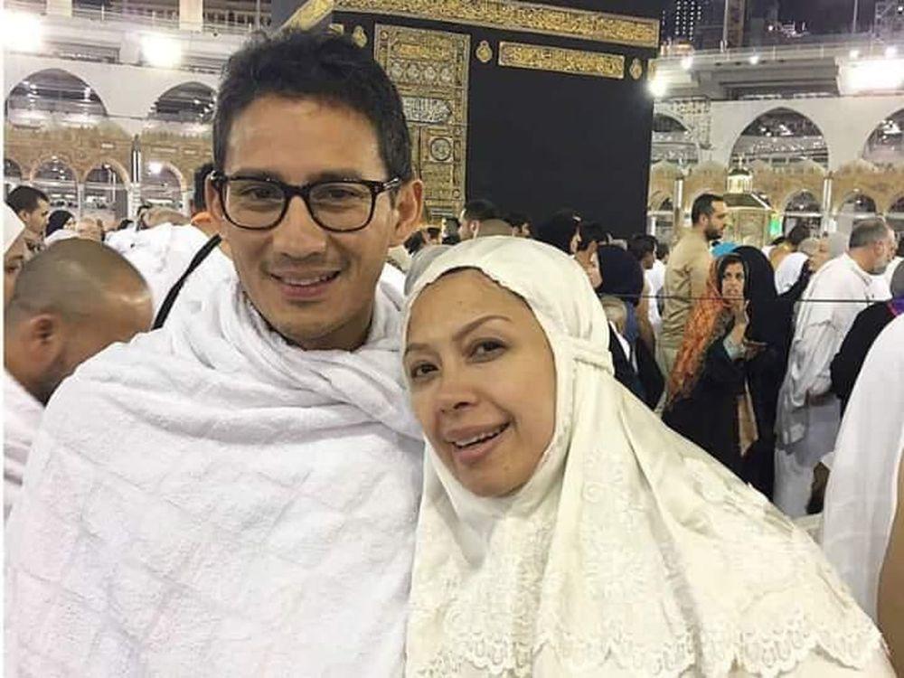Sandiaga melakukan ibadah umrah ke kota suci Makkah, Arab Saudi, untuk mengisi masa tenang sebelum hari pencoblosan 17 April mendatang. Ia ditemani oleh istri dan kerabat-kerabat terdekatnya. (Dok. BPN Prabowo-Sandi)