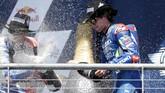 Alex Rins dan peraih podium ketiga MotoGP Amerika Serikat, Jack Miller, merayakan sukses mereka. Dua pebalap itu lebih muda 17 dan 16 tahun dari Valentino Rossi yang menjadi runner-up. (AP Photo/Eric Gay)