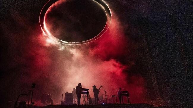 Bukan hanya J Balvin, band Tame Impala juga menampilkan panggung dramatis pada hari kedua Coachella, 13 April 2019.(Amy Harris/Invision/AP)