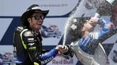 Valentino Rossi semringah merayakan posisi runner-up di Sirkuit the Americas. Ia sudah meraih dua kali podium dalam tiga seri MotoGP 2019. (AP Photo/Eric Gay)