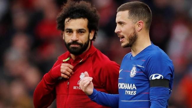 Mohamed Salah berdiskusi dengan Eden Hazard usai Liverpool mengalahkan Chelsea 2-0. (Reuters/Lee Smith)