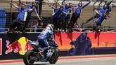 Pebalap Suzuki Alex Rins disambut kegembiraan para kru timnya usai finis terdepan mengalahkan Valentino Rossi di posisi kedua MotoGP Amerika Serikat. (AP Photo/Eric Gay)
