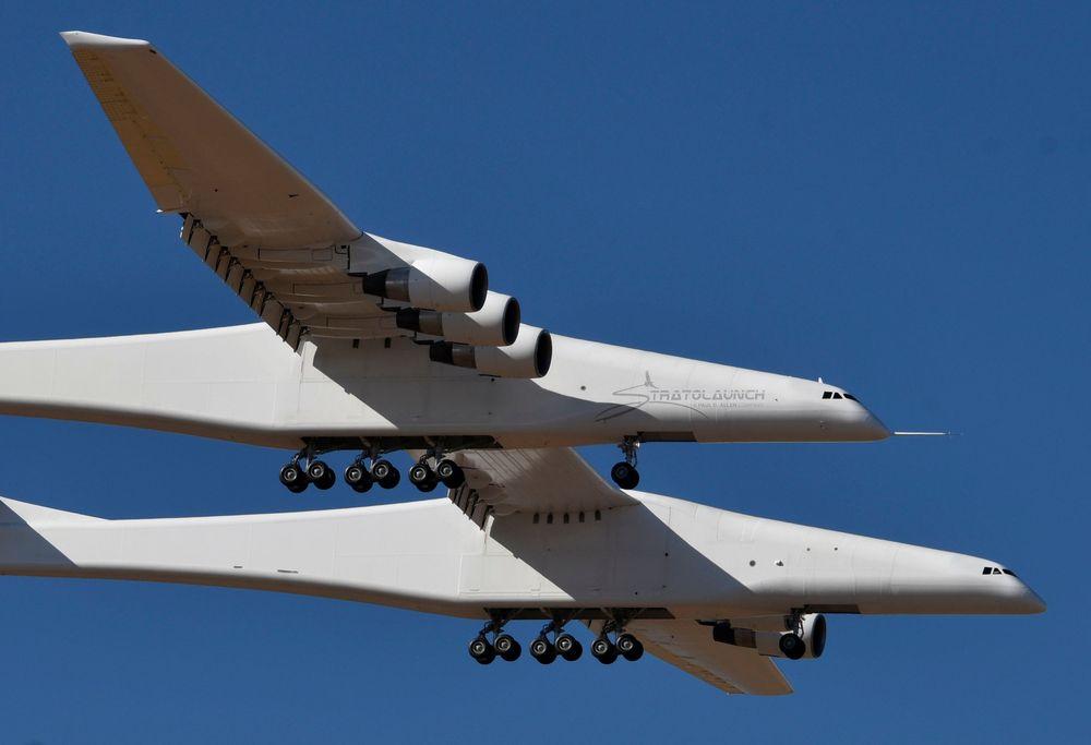 Pesawat terbesar di dunia melakukan uji terbang pertamanya di atas Gurun Mojave di California pada hari Sabtu (13/4/2019). Pesawat berbahan komposit karbon yang dibangun oleh Stratolaunch Systems Corp yang didirikan oleh salah satu pendiri Microsoft yaitu Paul Allen. (REUTERS / Gene Blevins)