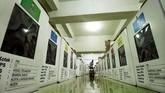 Petugas Komisi Independen Pemilihan (KIP) memasukkan logistik Pemilu 2019 ke dalam kotak suara di gudang logistik KIP Lhokseumawe, Aceh, Senin (8/4). KIP mempersiapkan berbagai kebutuhan logistik Pemilu ke dalam ke dalam 2.494 kotak suara untuk didistribusikan ke 477 TPS dengan jumlah DPT 130.106 jiwa. (ANTARA FOTO/Rahmad/aww).