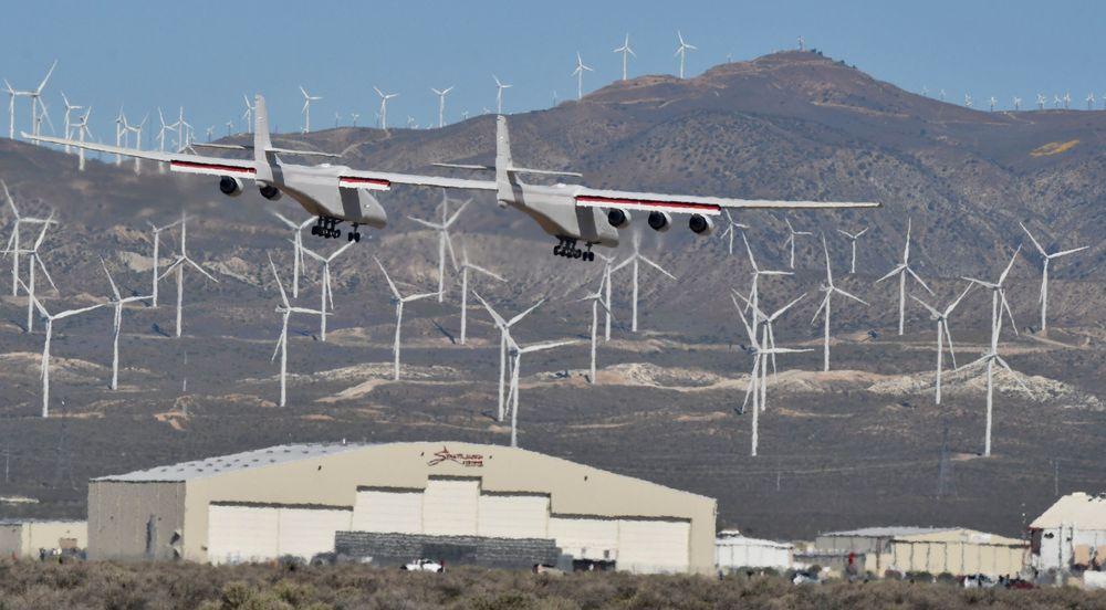 Pesawat terbesar di dunia yang bernama Roc melakukan uji terbang pertamanya di atas Gurun Mojave di California.