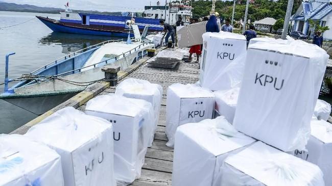 Petugas memasukkan logistik Pemilu ke dalam perahu untuk dikirim ke Kecamatan Batubual di dermaga Pelabuhan Kecil Namlea, Pulau Buru, Maluku, Senin (15/4). KPU Pulau Buru mendistribusikan logistik Pemilu menggunakan jalur laut karena akses jalan darat terbatas. (ANTARA FOTO/Hafidz Mubarak A/ama).