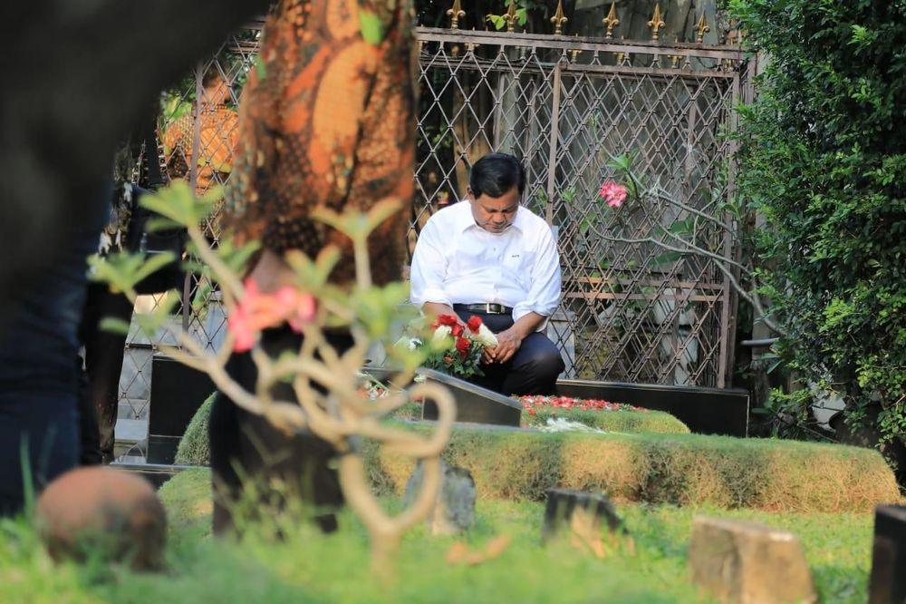 Dengan menggunakan kemeja putih bercelana hitam, Prabowo tampak khusyuk memanjatkan doa di pusara makam ayahnya. Irawan juga menjelaskan bahwa yang dilakukan oleh Prabowo merupakan aktivitas rutin yang kerap dilakukannya.(Dok. BPN Prabowo-Sandi)