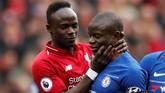 Penyerang Liverpool Sadio Mane bercanda mencekik gelandang Chelsea N'Golo Kante. Di balik ketegangan dan intensitas laga kedua tim, dua pemain itu saling bercanda. (Reuters/Lee Smith)