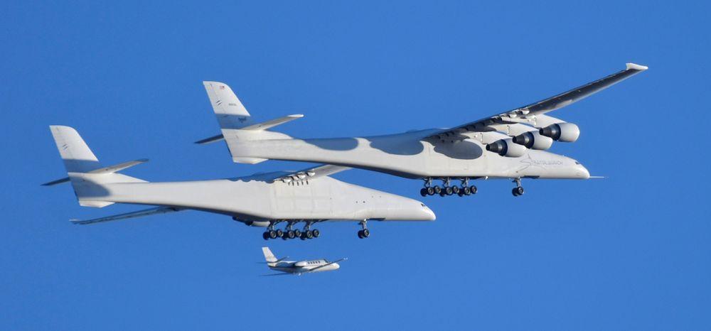 Pesawat dengan warna putih itu bernama Roc, yang memiliki rentang sayap selebar lapangan sepak bola Amerika dan didorong oleh enam mesin di dalamnya. (REUTERS / Gene Blevins)
