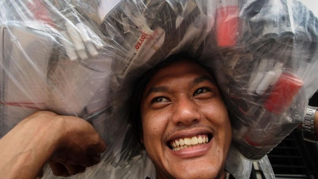 Petugas Panitia Pemilihan Kecamatan (PPK) daerah pedalaman mengangkut berbagai kebutuhan logistik pemilu saat penjemputan dari gudang logistik Komisi Independen Pemilihan (KIP) Lhokseumawe, Aceh, Senin (15/4).(ANTARA FOTO/Rahmad/aww).