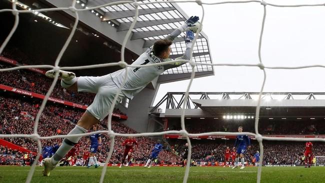 Hanya berselang sekitar dua menit kemudian, Mohamed Salah cetak gol kedua Chelsea melalui tendangan di luar kotak penalti. (REUTERS/Phil Noble)