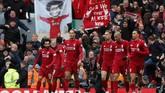 Mohamed Salah merayakan gol bersama rekan-rekannya di pinggir lapangan. Ia amat dinanti para fan untuk mencetak gol. (Reuters/Lee Smith)