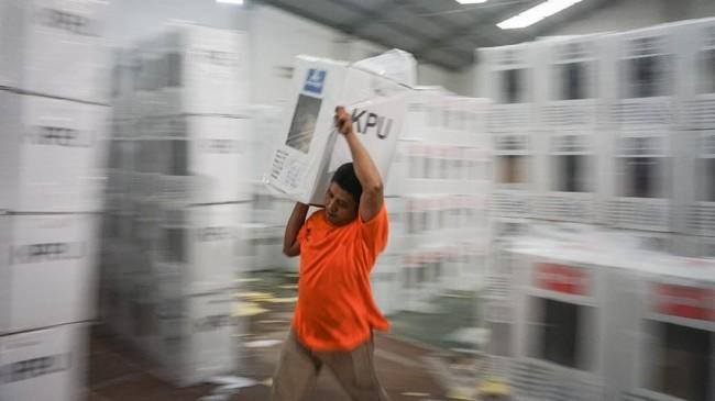 Petugas mengangkat kotak suara untuk didistribusikan ke sejumlah Panitia Pemungutan Suara (PPS) di gudang logistik Komisi Pemilihan Umum (KPU) Solo, Jawa Tengah, Senin (15/4/). (ANTARA FOTO/Mohammad Ayudha/aww).