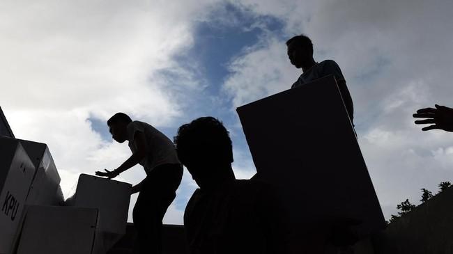 Petugas mengangkat logistik Pemilu 2019 saat akan didistribusikan ke distrik-distrik di Kantor KPUD Wamena, Jayawijaya, Papua, Minggu (14/4). Logistik Pemilu 2019 tersebut didistribusikan ke 1.072 TPS yang tersebar di 40 distrik di kabupaten Jayawijaya. (ANTARA FOTO/Yusran Uccang/foc).