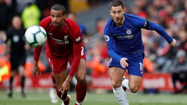 Bek tengah Liverpool Joel Matip tak membiarkan Eden Hazard lolos. Pertahanan The Reds begitu solid terutama dari lini tengah. (Reuters/Lee Smith)