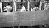 Pemilu dipersiapkan oleh pemerintahan Ali Sastroamidjojo, namun pada hari pemilihan ia malah mengundurkan diri. Pada bagian belakang bilik suara TPS Kebun Binatang Cikini dibentangkan kain untuk menjaga kerahasiaan pilihan pemilih Jakarta 15 Desember 1955. (ANRI)