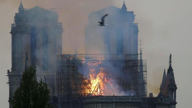 Pemerintah Kota Paris mengerahkan sekitar 400 pemadam kebakaran dalam kejadian itu. (REUTERS/Charles Platiau)