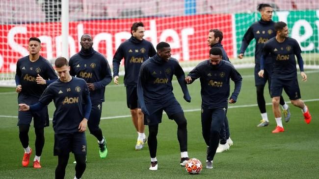 Pemain-pemain Manchester United menjalani sesi latihan resmi jelang menghadapi Barcelona di Stadion Camp Nou. (Action Images via Reuters/Carl Recine)