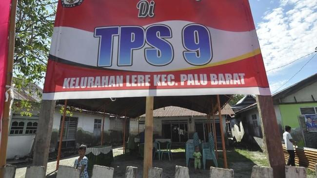 Sejumlah petugas dan warga mendirikan tempat pemungutan suara (TPS) yang didirikan di lokasi terdampak bencana gempa dan tsunami di Kampung Lere, Palu, Sulawesi Tengah, Selasa (16/4). Meski baru dilanda bencana gempa dan tsunami pada 28 September 2018, warga di daerah tersebut tetap menyambut pesta demokrasi. ANTARA FOTO/Mohamad Hamzah
