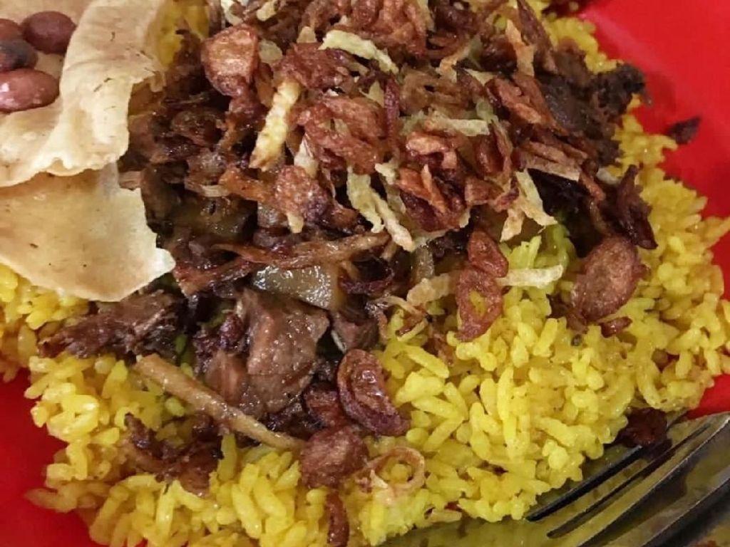 Nasi kuning Saroja yang populer dan legendaris di Manado. Tampak sedap sekali ya? Foto: Instagram @nina_epicure