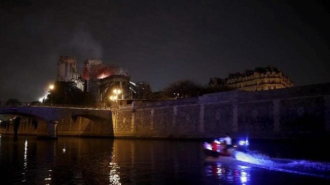Sampai saat ini, penyelidik khusus belum bisa menyimpulkan penyebab kebakaran. Gereja Notre-Dame sebelum kejadian memang sedang dalam proses renovasi. (REUTERS/Benoit Tessier)