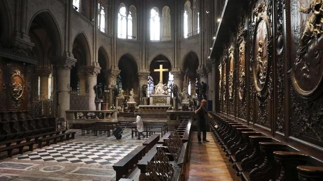 Salah satu ruangan di Gereja Notre Dame, Paris, Prancis, sebelum hangus terbakar. (Ludovic MARIN / AFP)