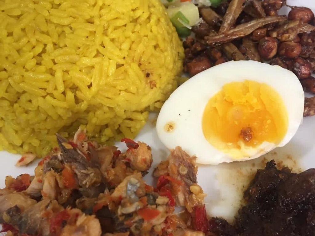 Kalau yang ini lauknya sambal cakalang, acar timun dan teri goreng plus telur rebus. Foto: Instagram @kukisopa
