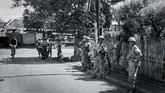 Sehingga anggota angkatan bersenjata (APRI) berjaga di daerah rawan di sekitar tempat pemilihan untuk melakukan pengamanan Pemilu 1955. Tampak petugas berjaga di Kebon Kacang, Jakarta 29 September 1955. (Sumber: ANRI)