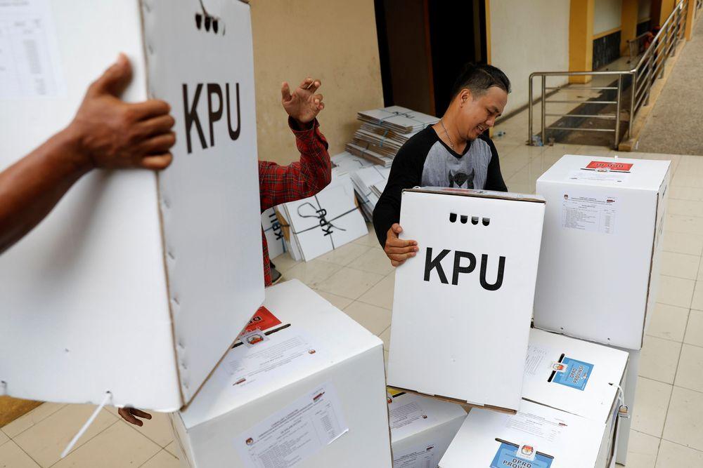 Kurang dari 1 hari pemilihan umum akan berlangsung, kotak suara masih didistribusikan ke beberapa TPS di daerah.