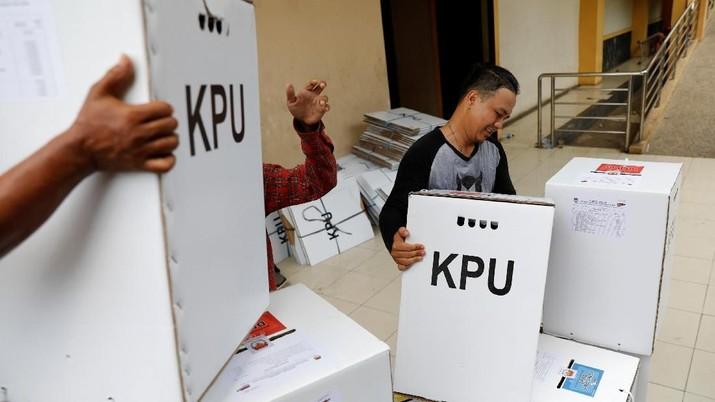Pekerja memuat bahan-bahan pemilu ke dalam truk untuk didistribusikan dari gudang ke TPS di Jakarta, Indonesia, 16 April 2019. (REUTERS / Willy Kurniawan)