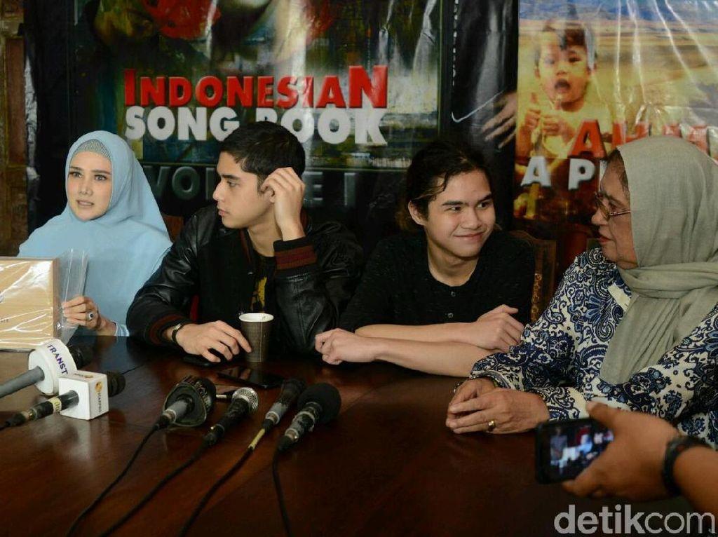 Dhani resmi meluncurkan album fisik berjudul Ahmad Dhani Indonesia Songbook vol 1. Foto: Ismail/detikHOT