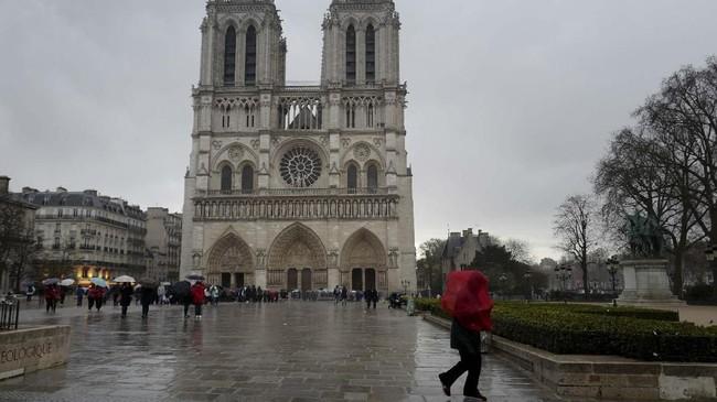 Rupa Gereja Katerdal Notre Dame di Paris, Prancis, sebelum hangus terbakar pada Senin (15/4) waktu setempat. (Ludovic MARIN / AFP)