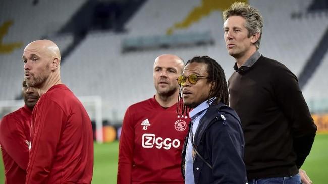 Pelatih Erik ten Hag berbicara dengan Edgar Davids dan Edwin van der Sar yang merupakan legenda Ajax Amsterdam dan pernah bermain untuk Juventus. (REUTERS/Massimo Pinca)