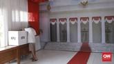 Warga terlihat mempersiapkan TPS 30 di Permata Mansion untuk Pilpres 2019. Depok. Selasa (16/4). CNN Indonesia/Andry Novelino