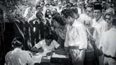Sebanyak 260 kursi DPR, 520 kursi konstituante, dan 14 kursi utusan golongan diperebutkan. Tampak Mohammad Natsir (berkacamata dan memakai peci) Ketua Umum Masyumi, sedang menanti giliran untuk menukar surat suara, 29 September 1955. (Sumber: ANRI)