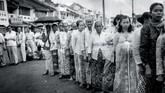 Pemilu 1955 ini bertujuan untuk memilih anggota DPR dan konstituante. Para pemilih sedang mengantre dengan tertib menunggu giliran untuk menggunakan hak pilihnya, Jakarta 29 September 1955. (Sumber: ANRI)