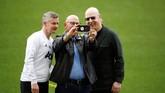 Di sela-sela sesi latihan, pemilik Man United Joel dan Avram Glazer menyempatkan berfoto dengan manajer Ole Gunnar Solskjaer. (Action Images via Reuters/Carl Recine)
