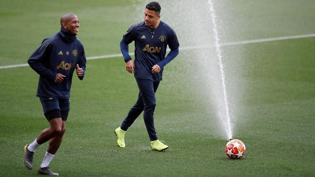 Ashley Young dan Alexis Sanchez berbincang jelang pada latihan jelang menghadapi Barcelona. Young menjadi starter dalam laga pertama, sementara Sanchez tidak masuk dalam daftar susunan pemain. (Action Images via Reuters/Carl Recine)