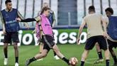 Gelandang bertahan Ajax Amsterdam Frenkie de Jong menjalani latihan penuh setelah sempat mengalami cedera di Liga Belanda, akhir pekan lalu. (REUTERS/Massimo Pinca)