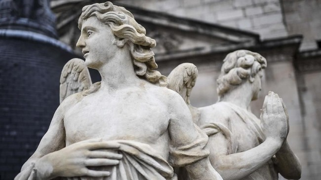 Gereja Katedral Notre Dame bukan hanya sekadar tempat peribadatan, atau pun saksi Perang Dunia I dan II, namun bangunan berarsitektur gothic tersebut adalah ikon permata arsitektur dan budaya peradaban Barat. (STEPHANE DE SAKUTIN / AFP)