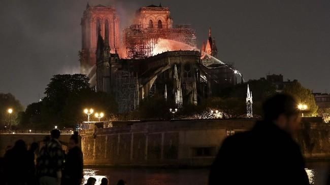 Pemadam kebakaran menyatakan pondasi dan struktur utama Gereja Notre-Dame sampai saat ini masih aman. (REUTERS/Benoit Tessier)