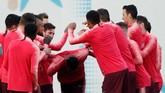 Senda gurau tetap terlihat dalam latihan Barcelona. Tampak bek tengah Jeison Murillo ditepuk-tepuk oleh rekan-rekannya. REUTERS/Albert Gea)