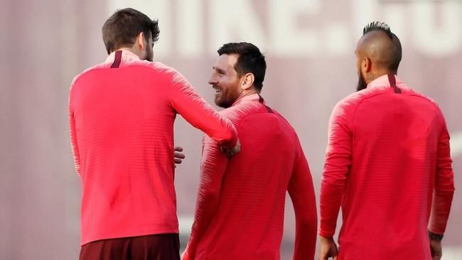 Gerard Pique, Lionel Messi, dan Arturo Vidal jalan beriringan dalam latihan. Ketiga pemain itu tampil ketika Barcelona menjalani leg pertama tengah pekan lalu. (REUTERS/Albert Gea)
