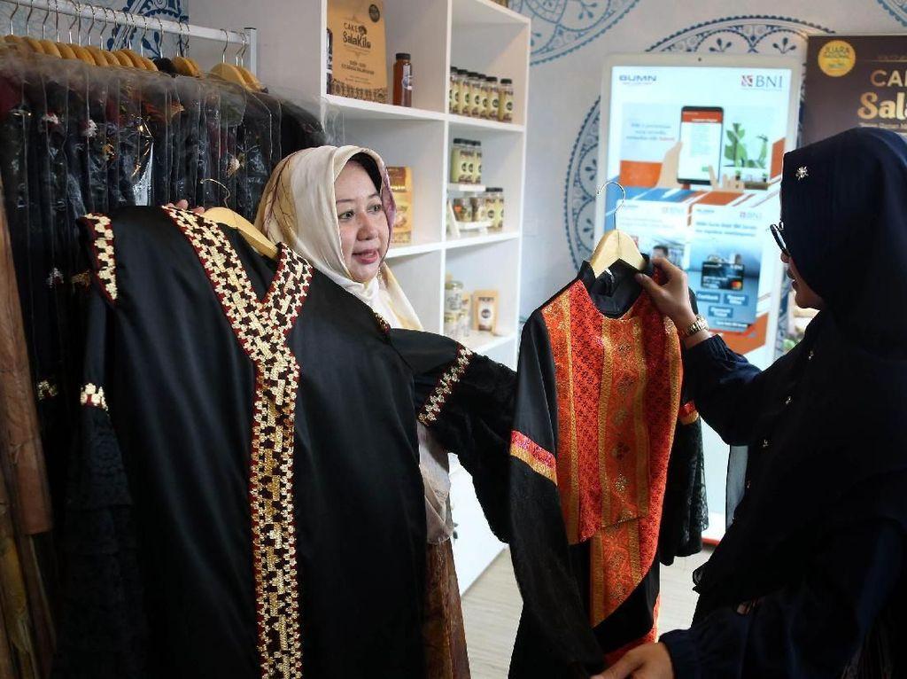 Pengusaha Galeri Soka, Lisa Setiawati (kiri) berbincang-bincang dengan Pengelola Kirana Khimar, Hanita Puspa Nanda (kanan), keduanya mitra binaan BNI yang diajak memamerkan produk-produk unggulannya dalam acara Peluncuran Halal Park di Kawasan Senayan Jakarta, Selasa (16 April 2019). Istimewa.