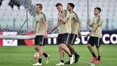 Sejumlah pemain Ajax Amsterdam, Dani de Wit dan Matthijs de Ligt, mengangkat gawang pada uji coba lapangan Stadion Allianz jelang lawan Juventus.(REUTERS/Massimo Pinca)