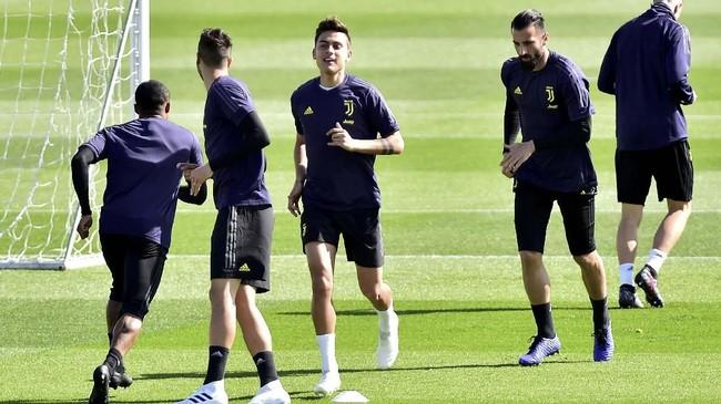 Para pemain Juventus menjalani latihan jelang melawan Ajax Amsterdam pada leg kedua perempat final Liga Champions. (REUTERS/Massimo Pinca)