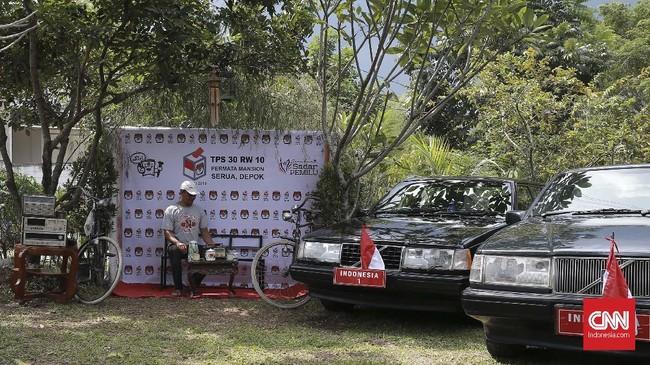 Salah satu sudut di TPS terdapat tempat untuk warga untuk bersantai dan berfoto dengan properti lawas, Selasa (16/4). CNN Indonesia/Andry Novelino